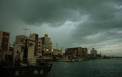 台風前で暗雲の北浜