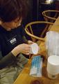 umieシールをカップに黙々と貼るのです。